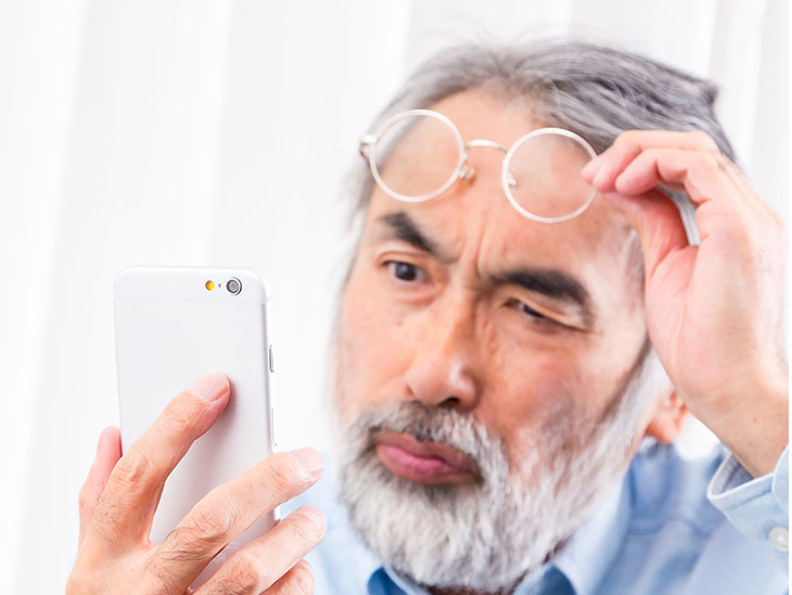 携帯電話を見るおじいちゃん
