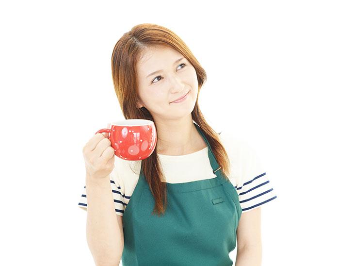 コーヒーカップを持つ主婦