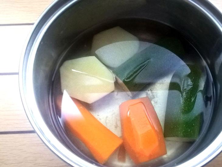 イタリアで一般的な離乳食用野菜スープの材料を煮た写真