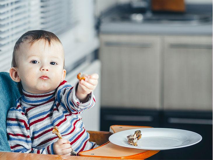 うさぎ肉を手で掴んで見せてくれてる赤ちゃん