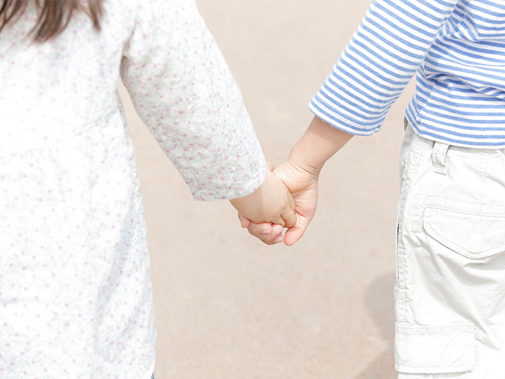 手を繋ぐ子供の後ろ姿