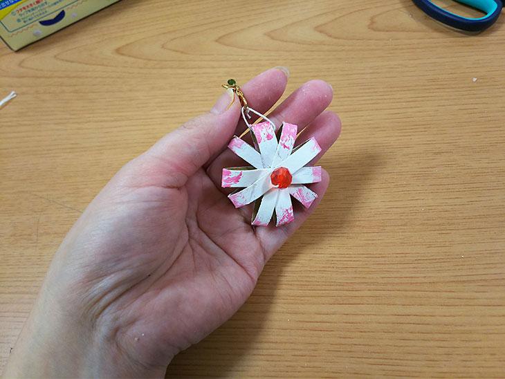ラップの芯を活用した花のキーホルダーの完成品の写真