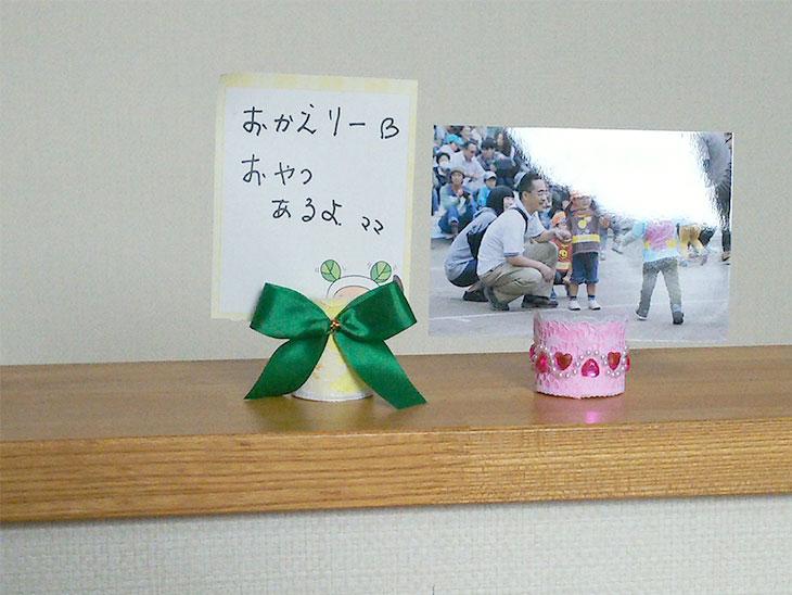 写真やメッセージカードが飾られたラップの芯のカードホルダーの写真