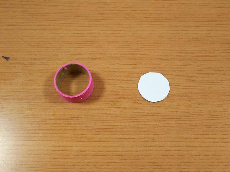 ラップの芯の飾りと紙で作った型の写真
