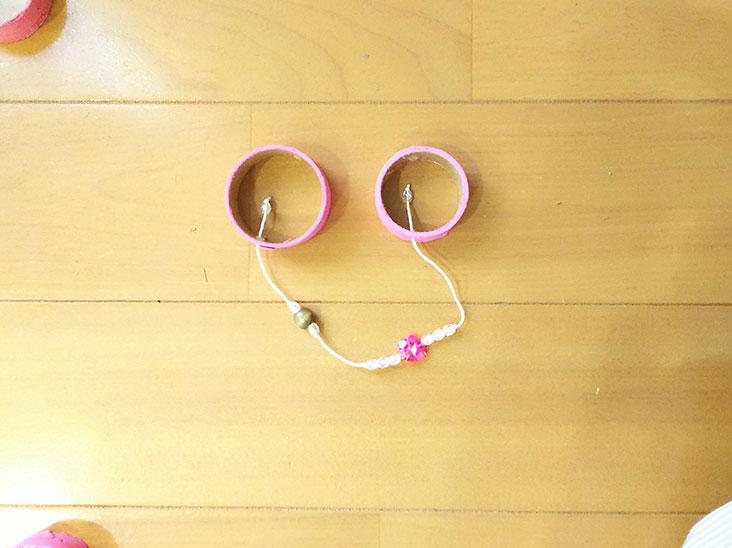 モビールパーツをビーズがついた糸で連結した写真