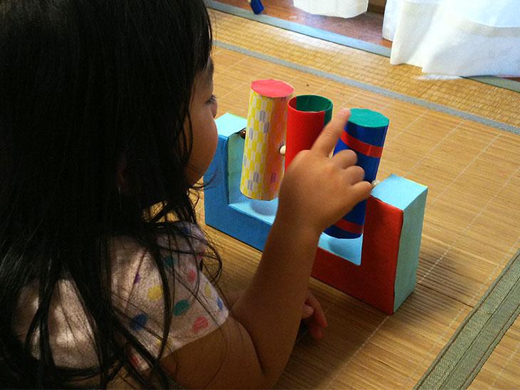 カラフルラトルで遊ぶ幼児の写真