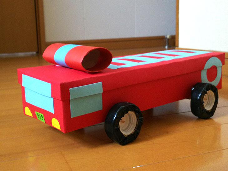 空き箱で作った消防車のおもちゃの完成品