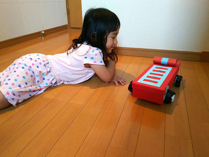 完成した消防車のおもちゃで遊ぶ幼児の写真