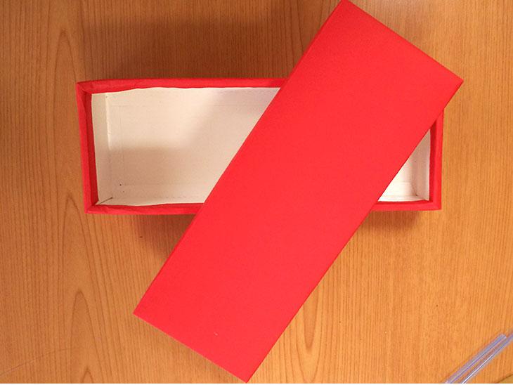 赤い画用紙を貼りつけた空き箱の写真