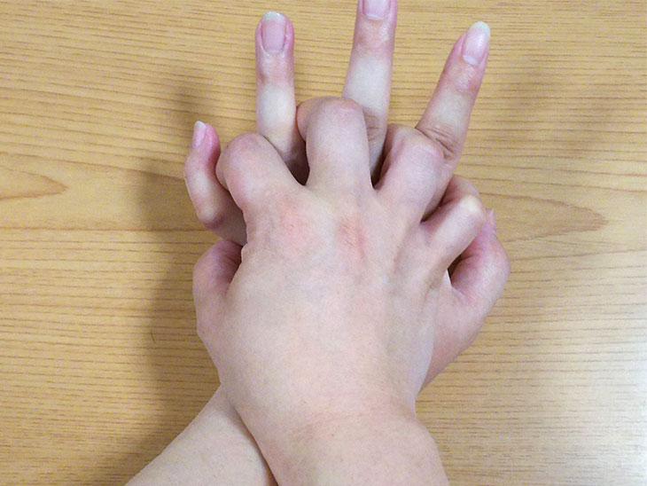 胸骨圧迫時に組む手の様子