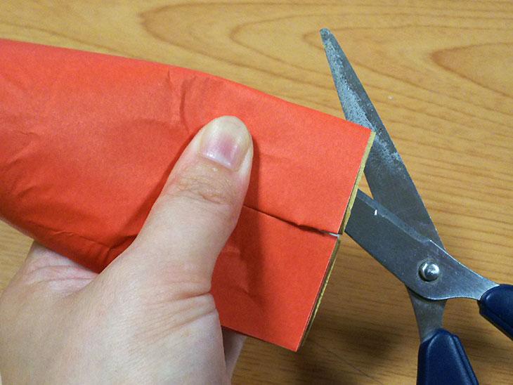 トイレットペーパーの芯に切り込みを入れてタコの足を作る様子