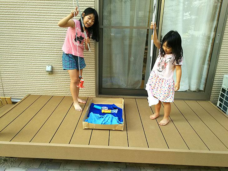 魚釣りゲームで遊ぶ姉妹