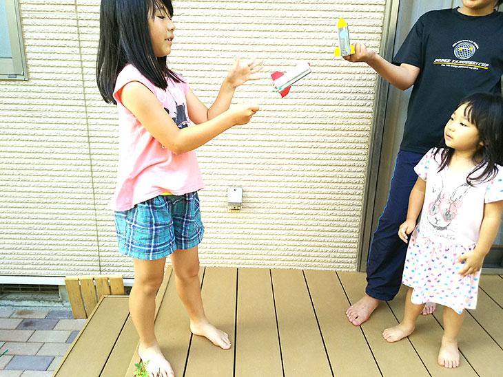 ビュンビュン・ロケットで遊ぶ子供と見守る大人の写真