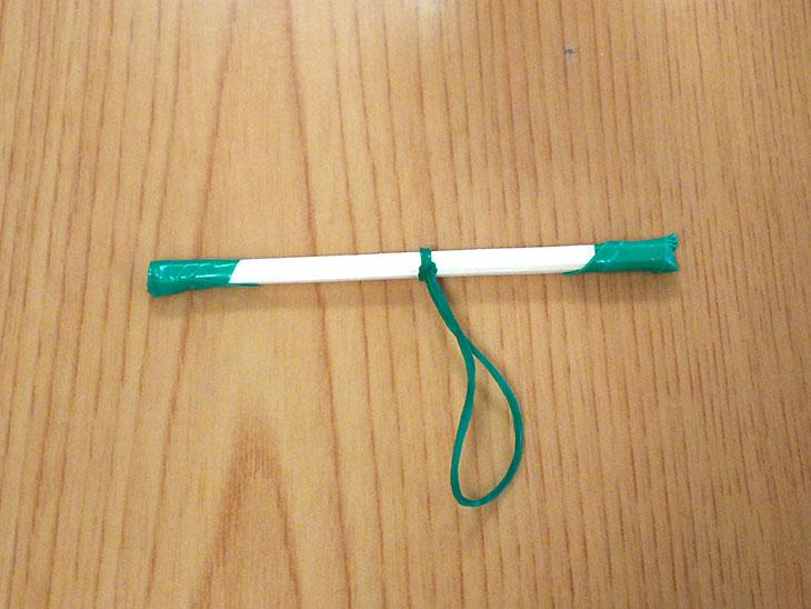 ビニールテープで両端を固定した半分に折った割り箸の中央に輪ゴムをつける