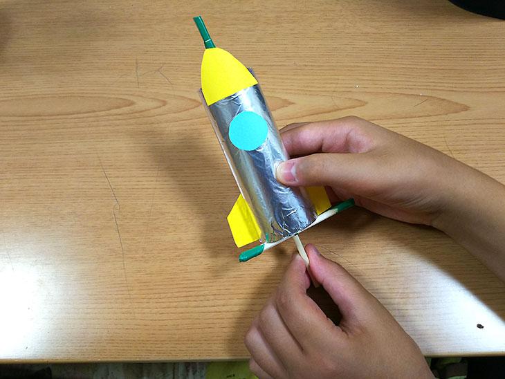 ビュンビュン・ロケットの打つ上げ用の棒を使った飛ばし方