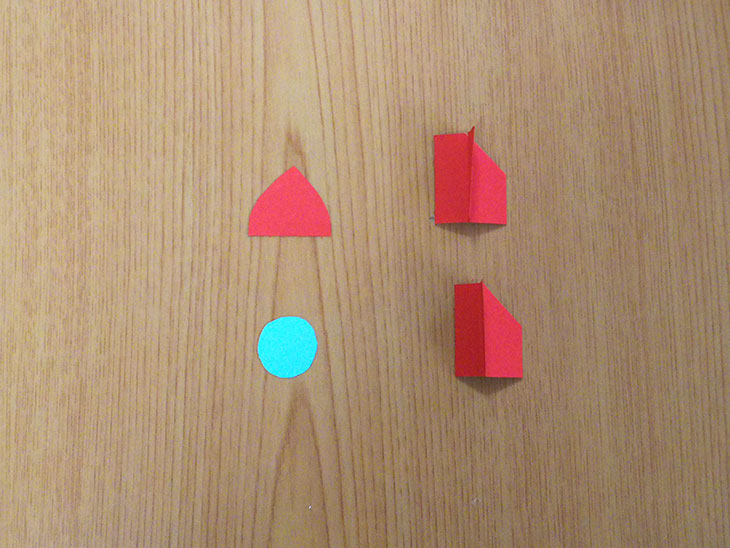 折り紙で作ったロケットの窓と羽根