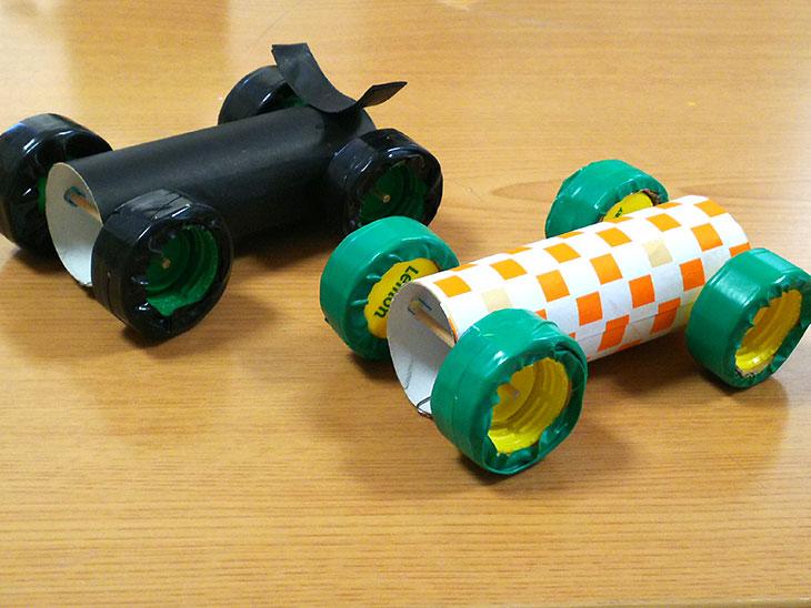 トイレットペーパーの芯で作ったプルバック自動車の出来上がりの写真