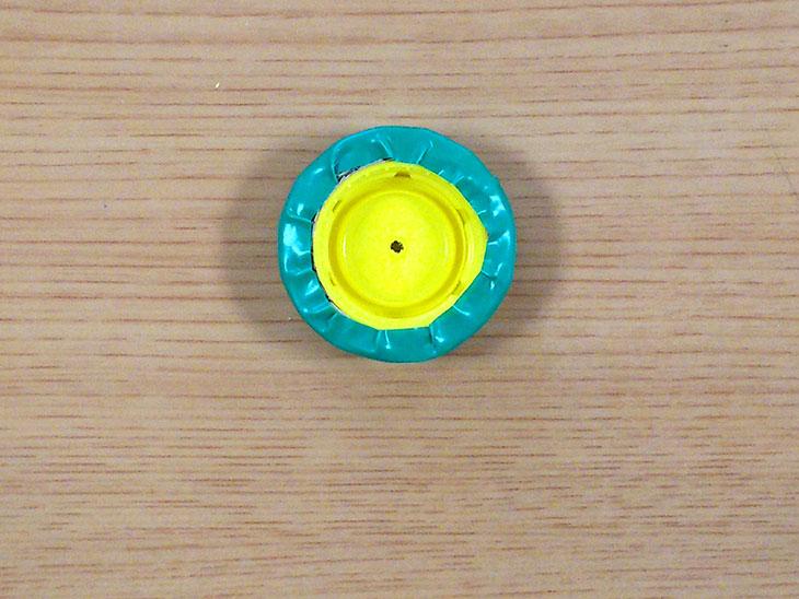 ペットボトルキャップとリボン状のダンボールとビニールテープで作ったプルバック自動車のタイヤ