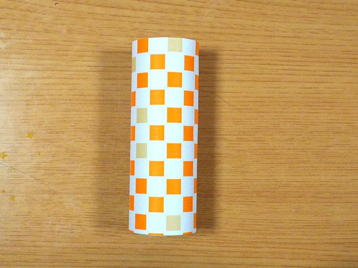 トイレットペーパーの芯に折り紙を巻いた本体の写真