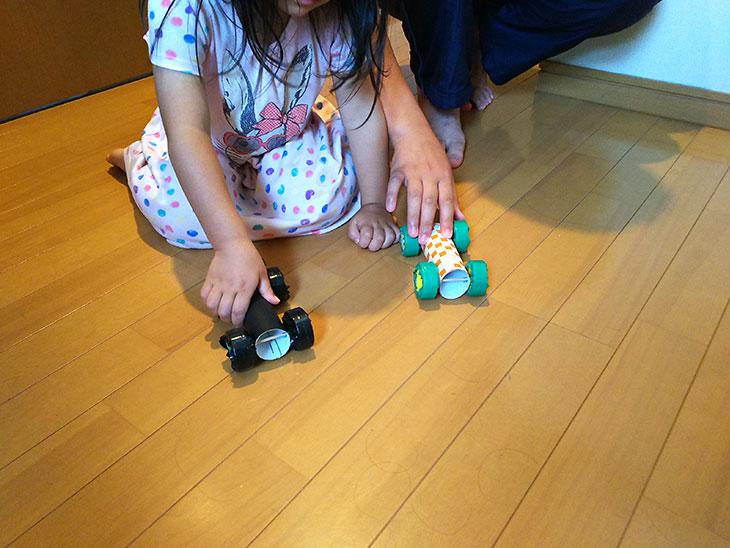 プルバック自動車で遊ぶ子供の写真