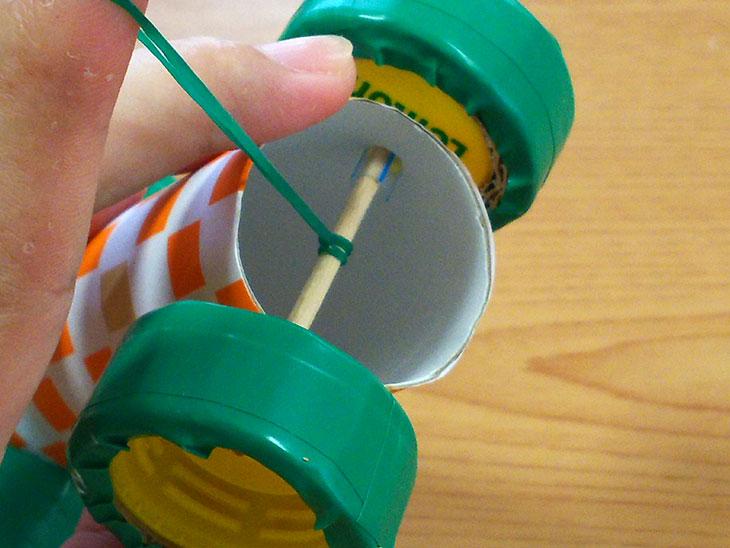 後輪のシャフトの竹ひごの中止に輪ゴムと結ぶ