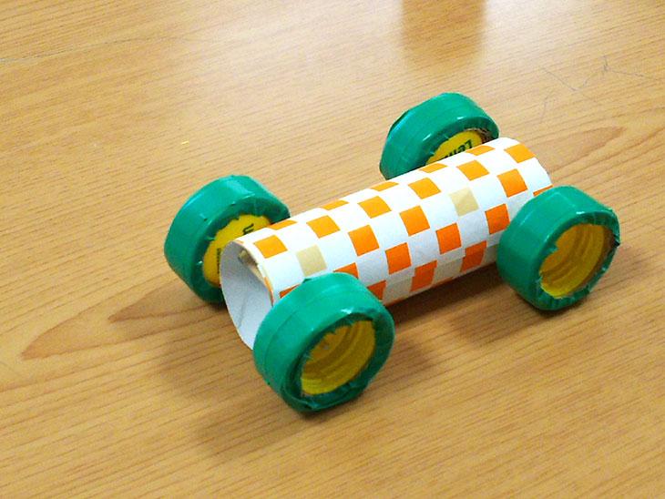 本体となるトイレットペーパーに作ったタイヤを取り付ける