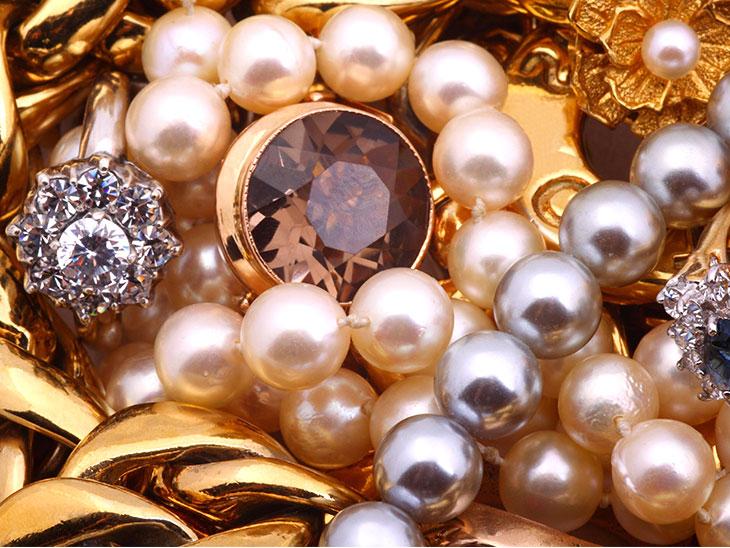 真珠や金の沢山のアクセサリー