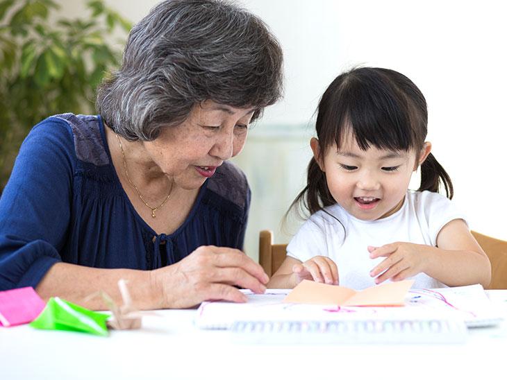 おばあちゃんと孫が遊ぶ様子