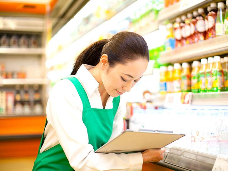 スーパーで商品の在庫管理をする女性
