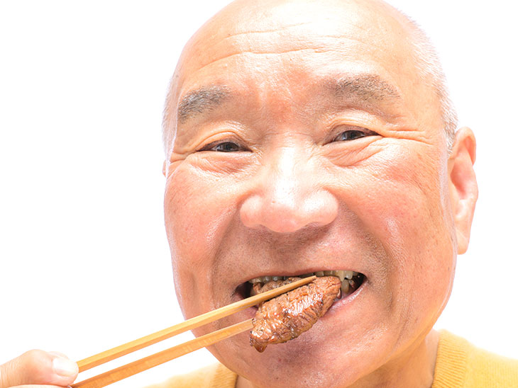 肉を食べるシニア