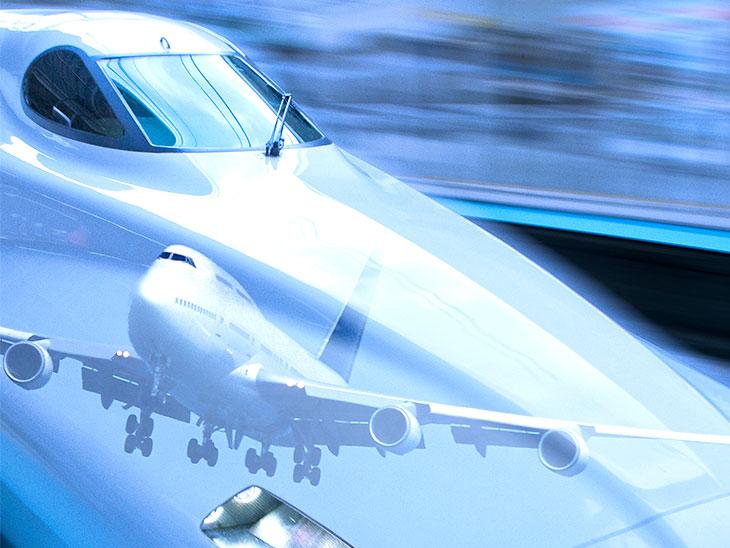 飛行機と新幹線の合成写真