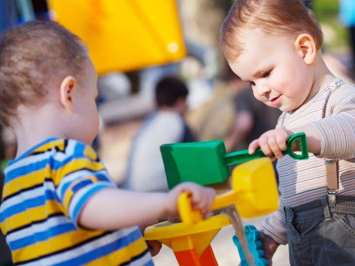 公園で知らない子とおもちゃで仲良く遊んでる男の子