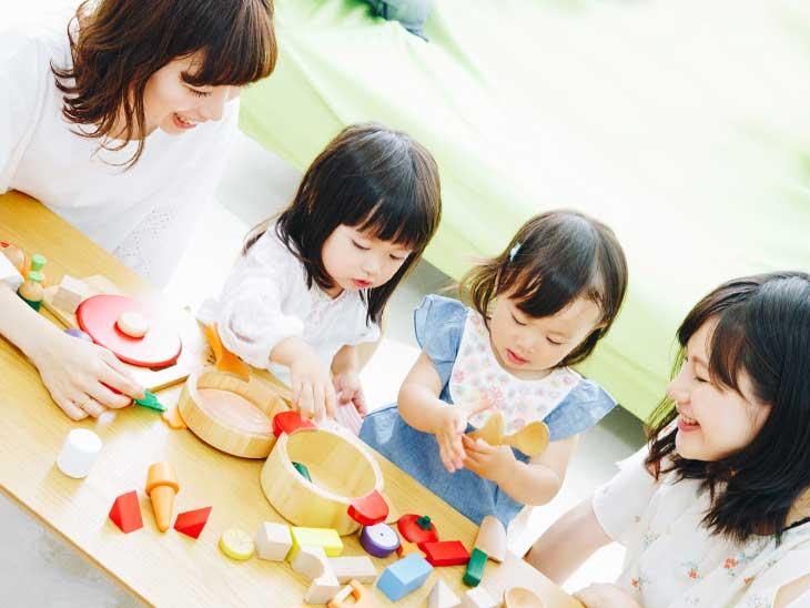 友達とおもちゃで遊んでる女の子