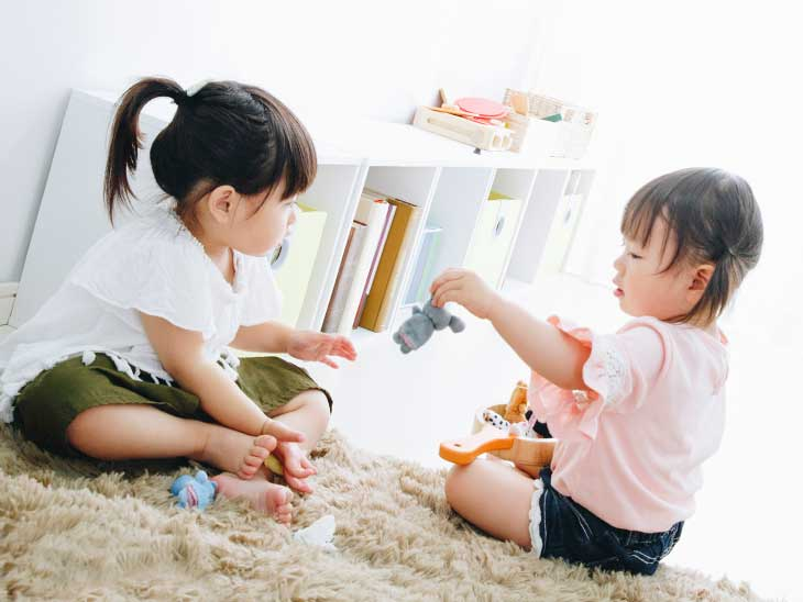 ぬいぐるみをお姉ちゃんに貸してあげる女の子