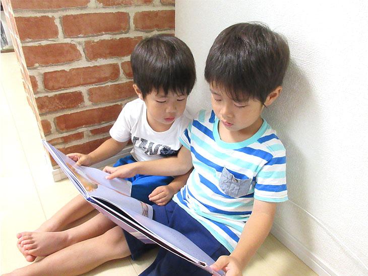 穏やかなに本を読む子供