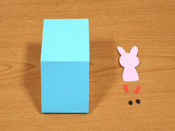 切り取ったウサギの絵の材料とパーツの写真