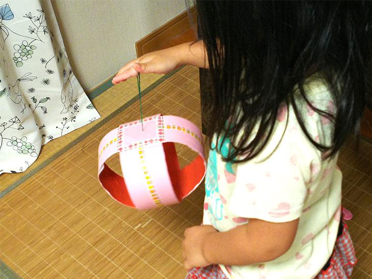 ポンポンヨーヨーで幼児が遊んでいる様子