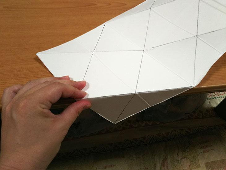 対角線を全て山折りした牛乳パックの写真(角)