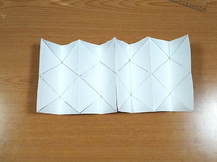 牛乳パック本来の折り目を両側に折った写真