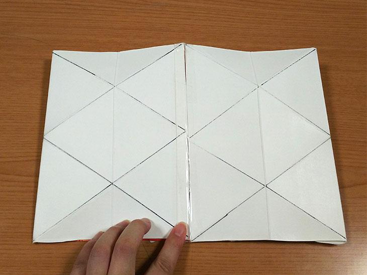 筒状にしてテープで貼り合わせた牛乳パックの写真