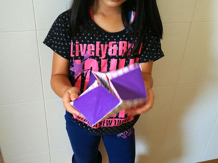 クルクルパズルの完成品で遊ぶ女の子の様子