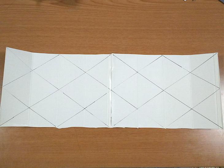 さらに対角線を入れた牛乳パックの写真
