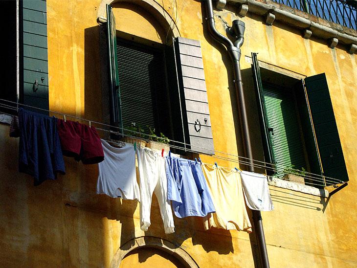 窓の外側に洗濯物干し