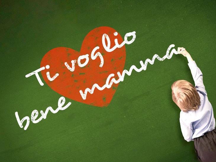 イタリア語を黒板に書く男の子