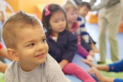 マットに座って並ぶGymboreeに通う乳幼児たち
