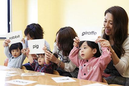 英語のフラッシュカードで遊ぶ子供達