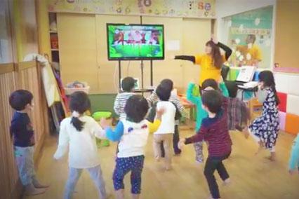テレビを真似して踊る子供達