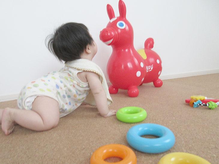 遊ぶ赤ちゃん