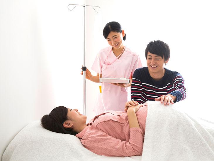 妊婦さんと夫と看護婦さん