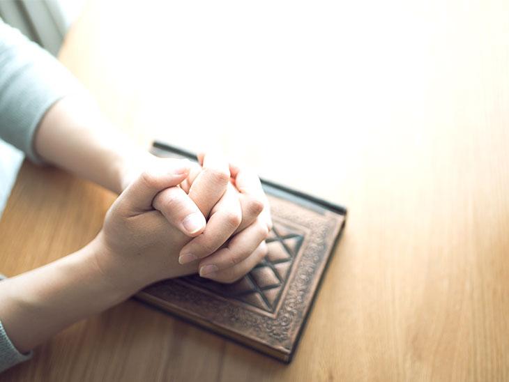 手を組んでお祈りしている人